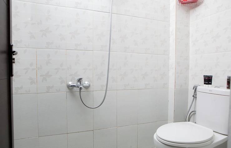 RedDoorz @ Cihanjuang Cimahi Bandung - Kamar mandi