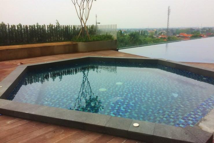 Comfy Studio Springwood Residence Apartment By Travelio Tangerang - Kolam renang