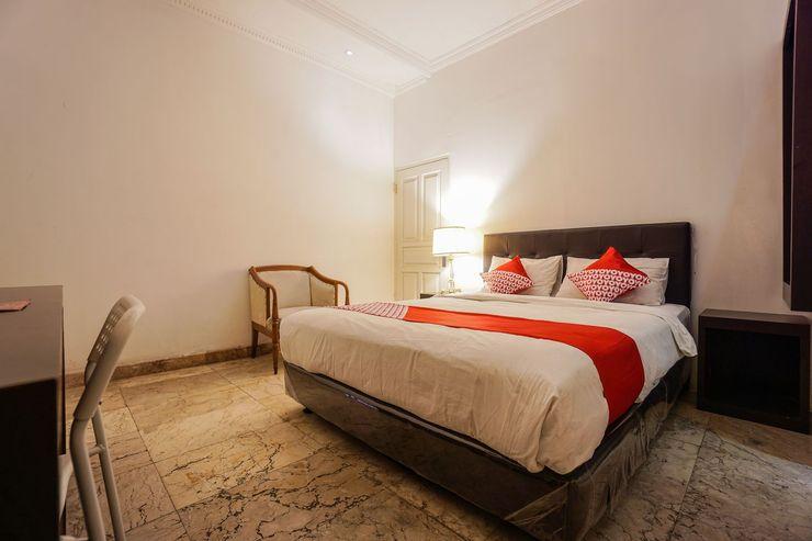 OYO 1224 The White House Hotel Manado - Bedroom