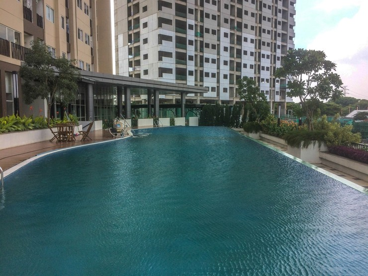 Amazing 1BR @ Oasis Apartment near Cikarang By Travelio Bekasi - Kolam renang