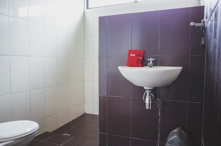 RedDoorz near Alun Alun Kota Sukabumi Sukabumi - Bathroom