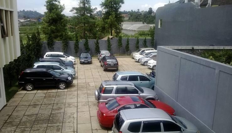 Villa Puri Teras Lembang - Parking Area