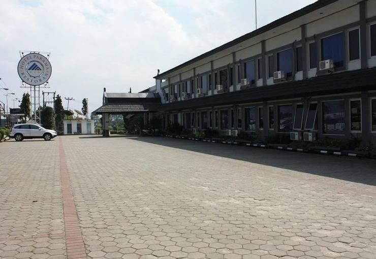 Hotel Parama Puncak - Parking Area