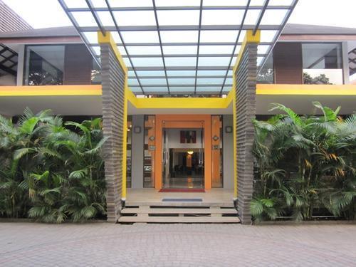 Grha Ciumbuleuit Guest House Bandung - Entrance