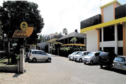 Grha Ciumbuleuit Guest House Bandung - Parking Area