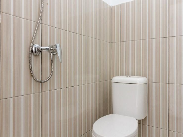 RedDoorz near Universitas Medan Area Medan - Bathroom