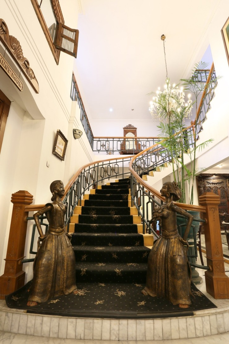 Lombok Ethnic Guest House Bandung - Lobby staircase