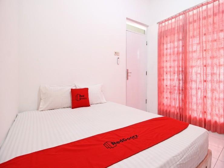 RedDoorz near Terminal Tirtonadi Solo - Guestroom