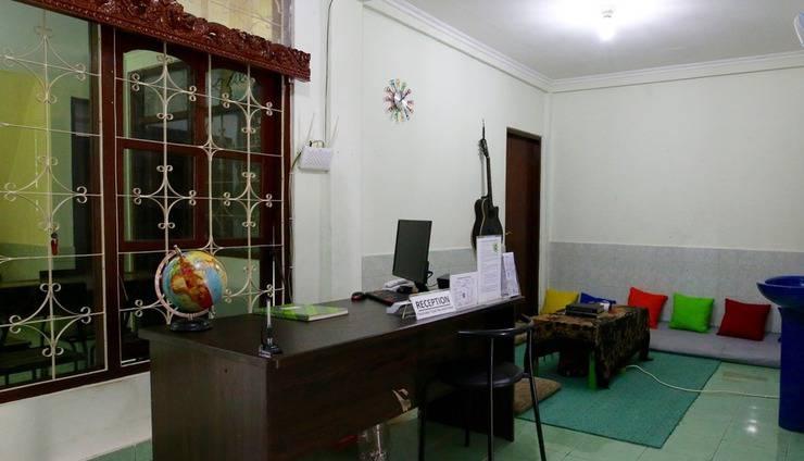 Morotai Camp Hostel Bali - Resepsionis dan ruang TV