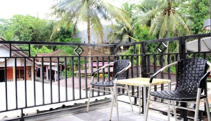 Rifqi Guesthouse Pacitan - Balkon dengan area tempat duduk