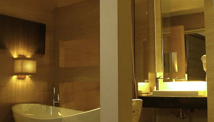 Crystal Lotus Hotel Yogyakarta - Suite Bathroom