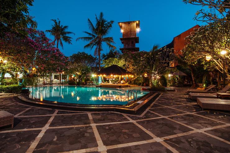 Dusun Jogja Village Inn Yogyakarta - Suasana kolam renang malam hari