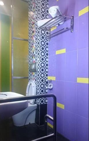 International Homestay Surabaya - Bathroom