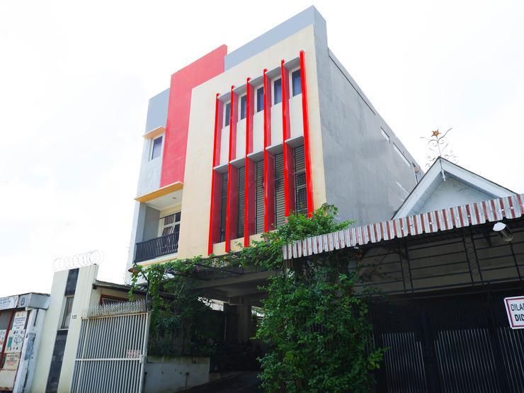 OYO 389 Sky Guesthouse Semarang - Facade