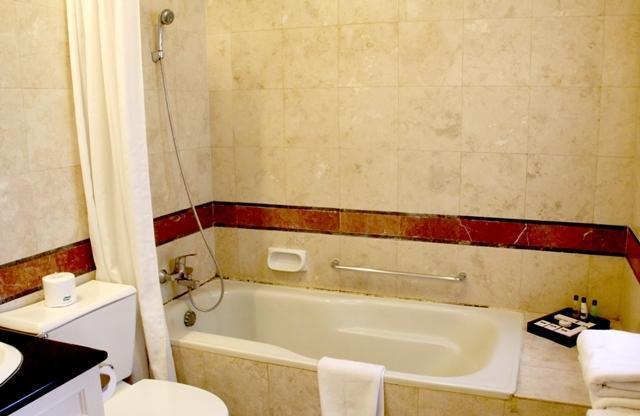 Ciputra Golf Club & Hotel Surabaya - Executive Bathroom