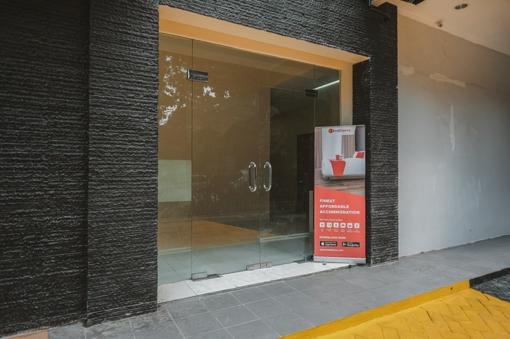RedDoorz Plus near Plaza Blok M Jakarta - Photo