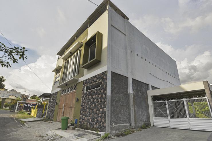 RedDoorz Syariah @ Tatasurya Guesthouse Malang Malang - Photo