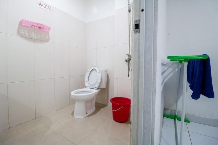 RedDoorz near Balikpapan University Balikpapan - Bathroom