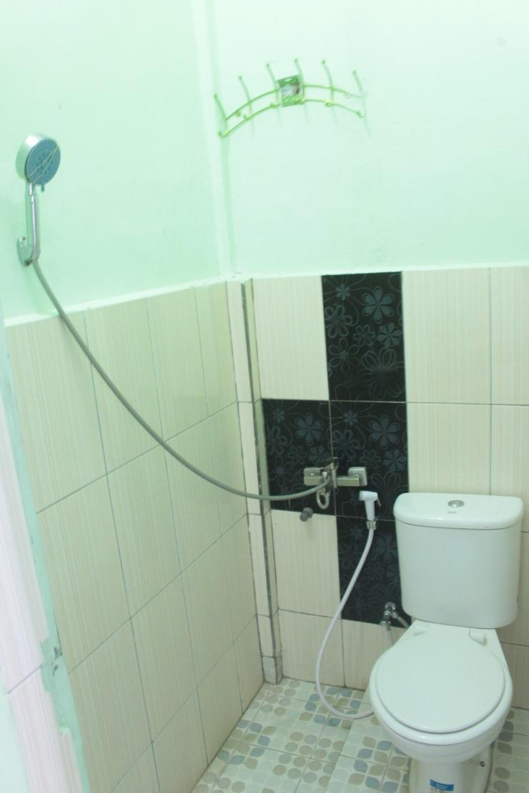JS Hotel Balige Samosir - TOILET AND BATHROOM