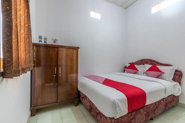 OYO 1082 Kost Arie 1 Near RSIP Persahanatan Jakarta - Bedroom