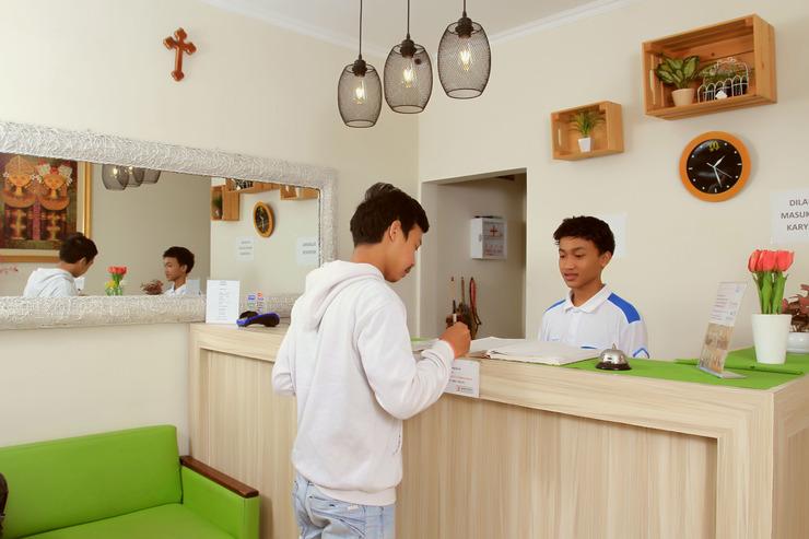 Bantal Guling Braga Bandung - Receptionist