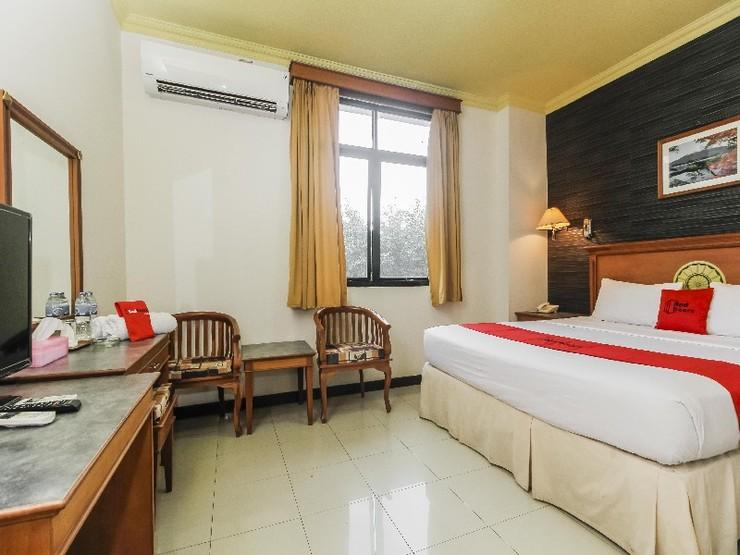 RedDoorz Plus near Depati Amir Airport Pangkalpinang - Deluxe Room