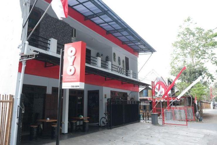 OYO 1380 Velodrome Family House Malang - Facade