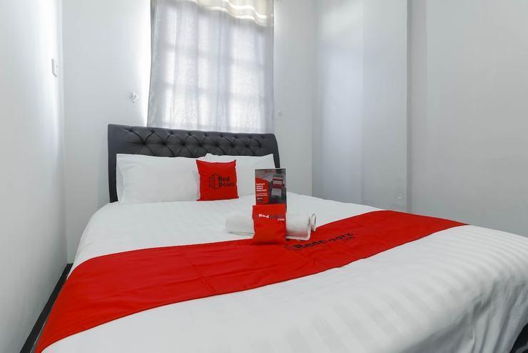RedDoorz Plus near Batam City Square Batam - Featured Image