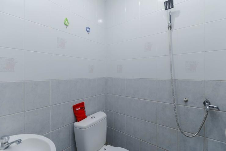 RedDoorz Plus near Batam City Square Batam - Bathroom