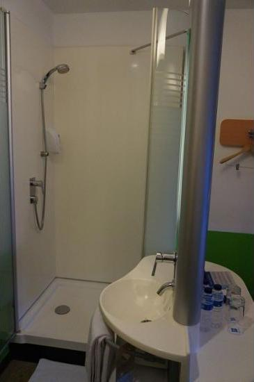 Hotel ibis budget Jakarta Airport - Bathroom