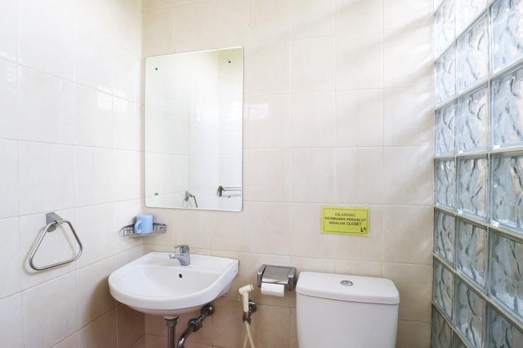 Hotel 678 Kemang Jakarta - Bath Room