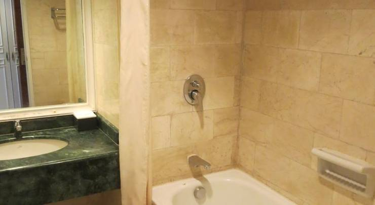 Hotel Gajah Mada Graha Malang - Bathroom