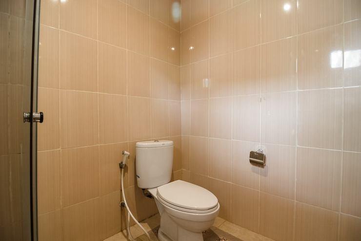 RedDoorz near Pantai Coastarina Batam Batam - Bathroom