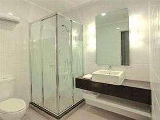 The Plaza Hotel Glodok - Bathroom