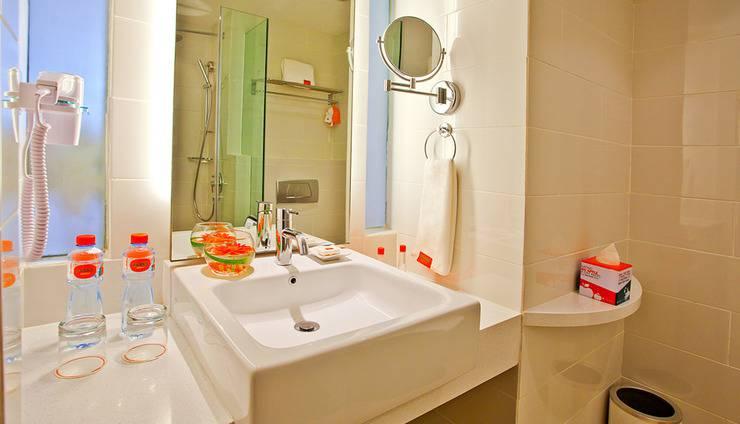 HARRIS Hotel Surabaya - Bathroom
