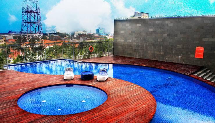 HARRIS Hotel Surabaya - Swimming Pool