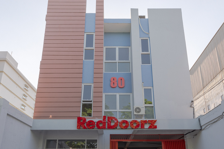 RedDoorz Plus Syariah @ Raya Nginden 2 Surabaya - Photo