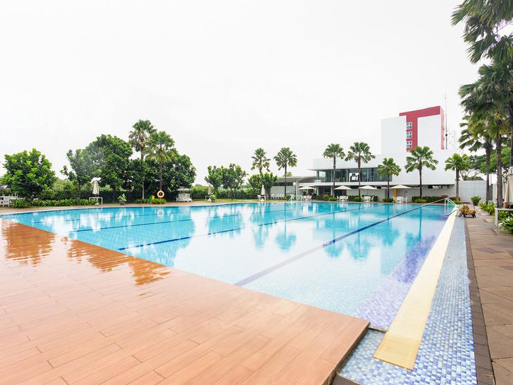 OYO 3247 Afira Rooms Aeropolis Tangerang - Swimming Pool