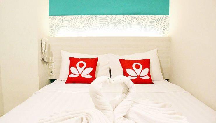 ZenRooms Pasar Ikan Losari - Tampak tempat tidur double