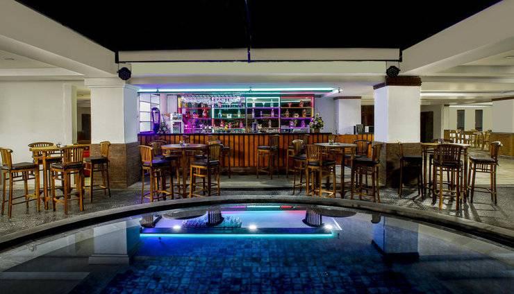 Steenkool Hotel Bali - Bar kolam renang