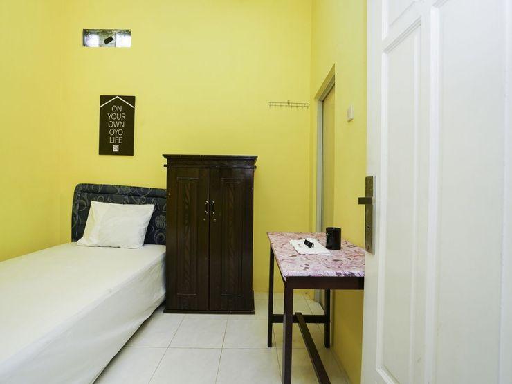 OYO 2573 Griyo Kost Putra 205 Surabaya - Bedroom