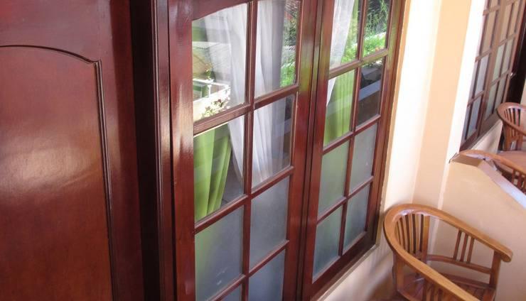 Gloria Amanda Hotel Yogyakarta - meja kursi depan kamar