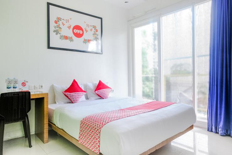 OYO 667 Demilo Inn Malang - deluxe double bedroom
