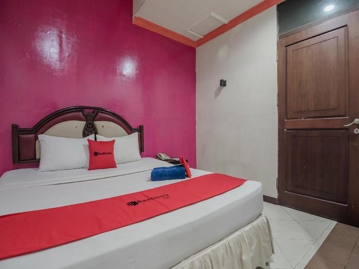 RedDoorz Plus near Mall Sentra Antasari Banjarmasin - Guestroom