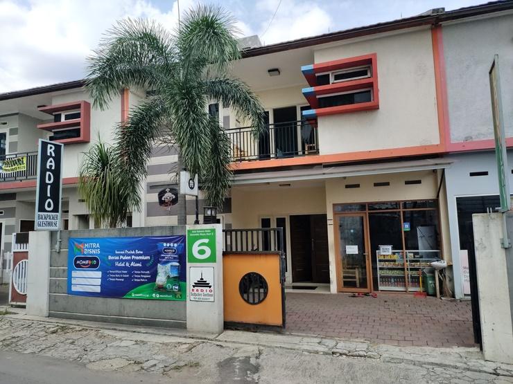 Radio Backpacker Guesthouse Bandung - gerbang depan
