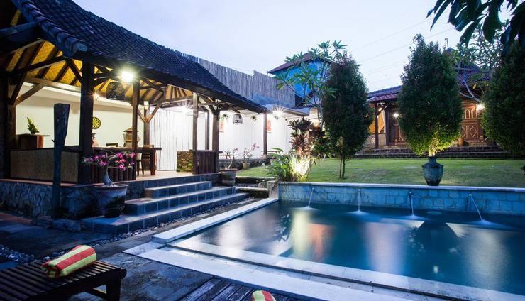 Kubu Ampo Villa Bali - Kolam renang dan tempat makan