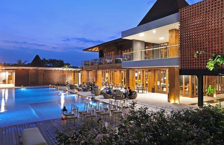 Djoglo Luxury Bungalow Malang - Pemandangan Kolam dan Restoran
