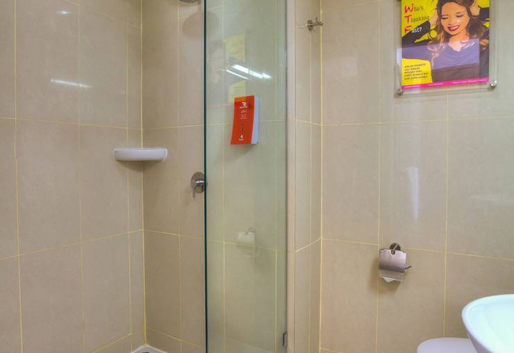 Red Planet Makassar - Bath Room