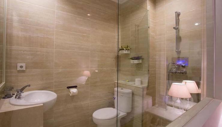 Amalfi Hotel Seminyak - Kamar mandi