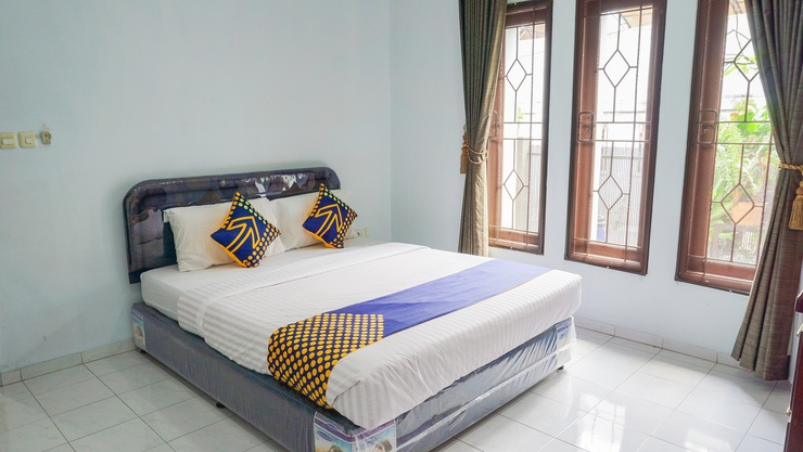 SPOT ON 1792 Roemah Nenekoe Guest House Bandung - Guestroom